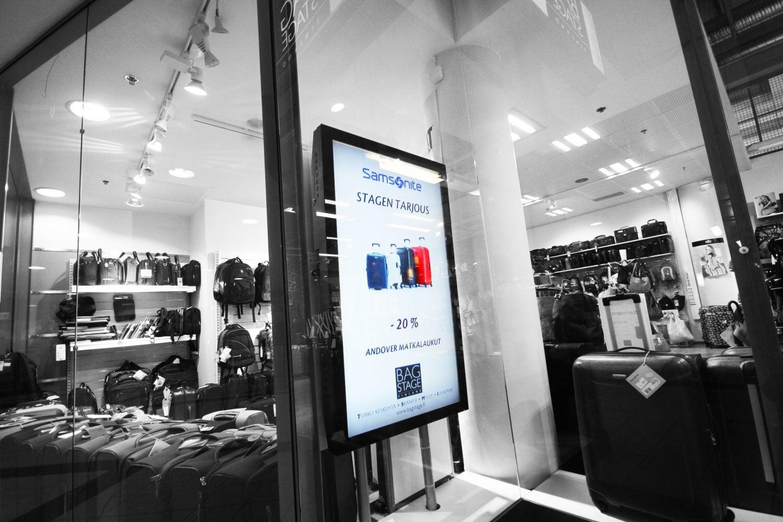 Myymälöiden näyteikkunoissa mainosnäytöt herättävät ohikulkijan kiinnostuksen