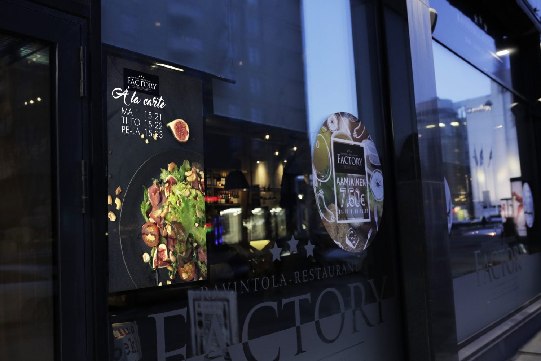 Ravintola Factoryssa infonäytöt korvaavat perinteiset mainosjulisteet